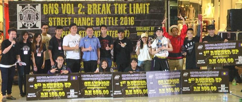 各组优胜选手与颁奖人合影;站者左六起为锦源及陈大富。(图:星洲日报)