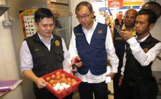 马汉顺(中)表示鸡蛋的卫生安全要求很高,尤其粪便未清理干净和破裂的鸡蛋不符合要求。(图:星洲日报)